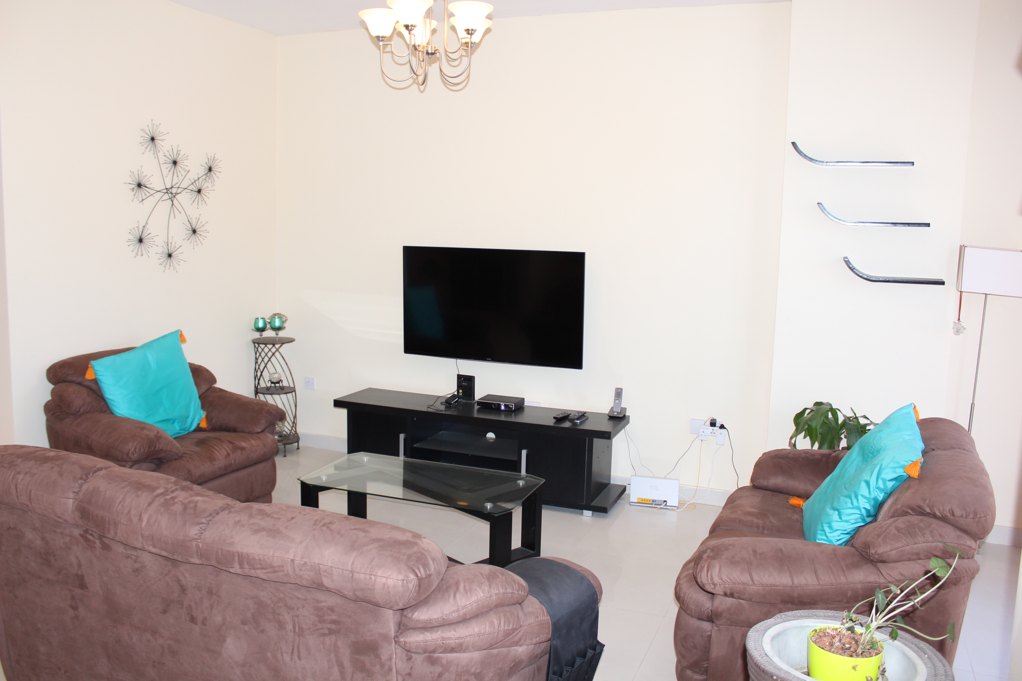 Bright Two Bedroom Vibrant Apartment2