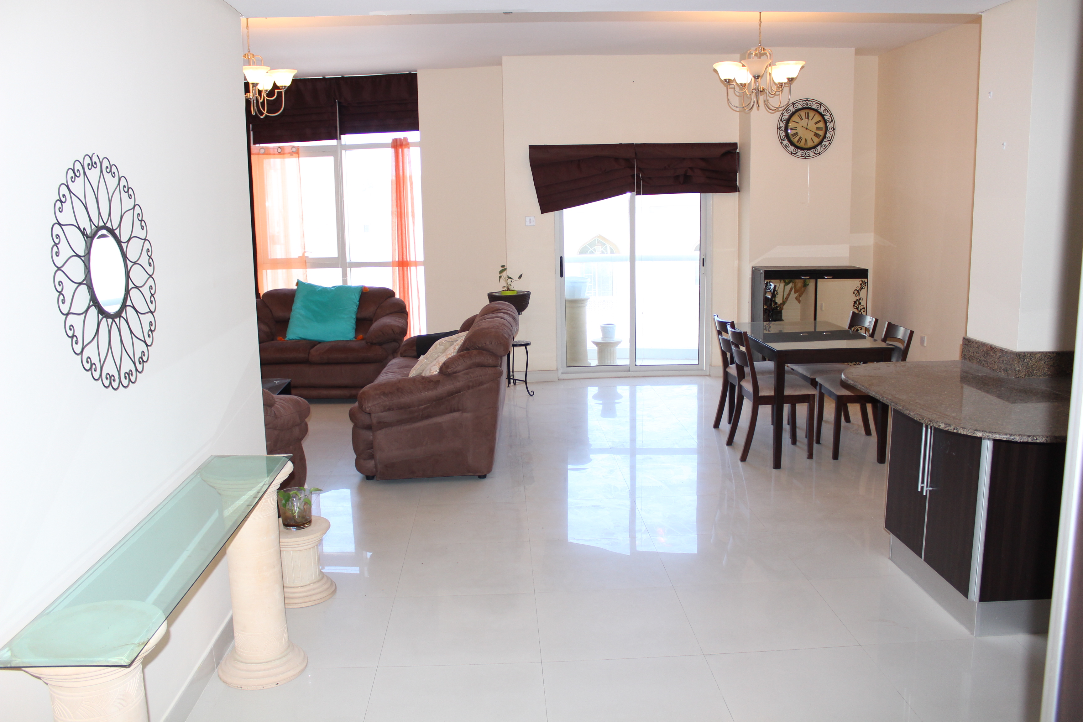 Bright Two Bedroom Vibrant Apartment 4
